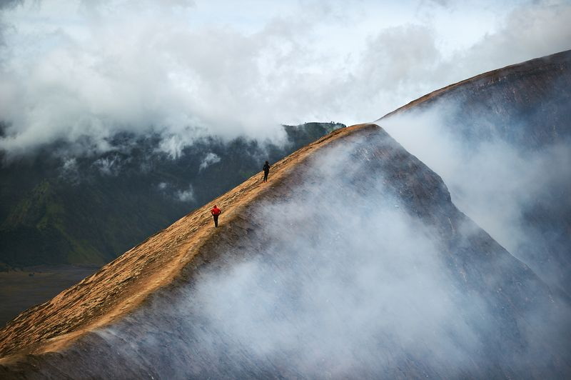 вулкан, бромо, индонезия, ява, кратер, люди, облака walk along the edge of the crater of the volcano Bromophoto preview