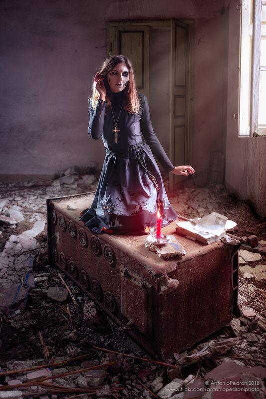 candle, book, window, light, model, modella, urbex, portrait, halloween questa insostenibile leggerezza dell\'esserephoto preview