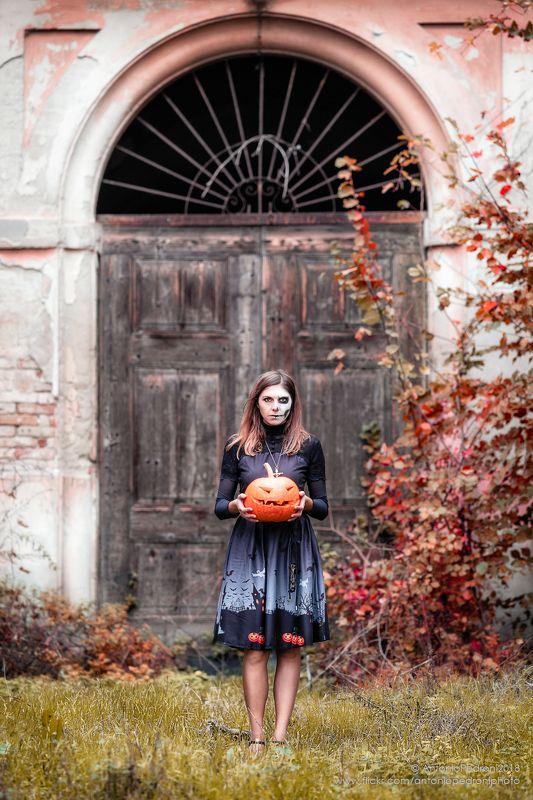 door, pumpkin, house, model, modella, urbex, portrait, halloween Come with mephoto preview