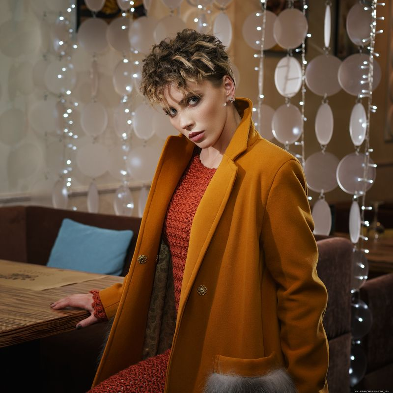 девушка, пальто, вязанные изделия, прическа, взгляд, фэшн, в ресторане Светаphoto preview