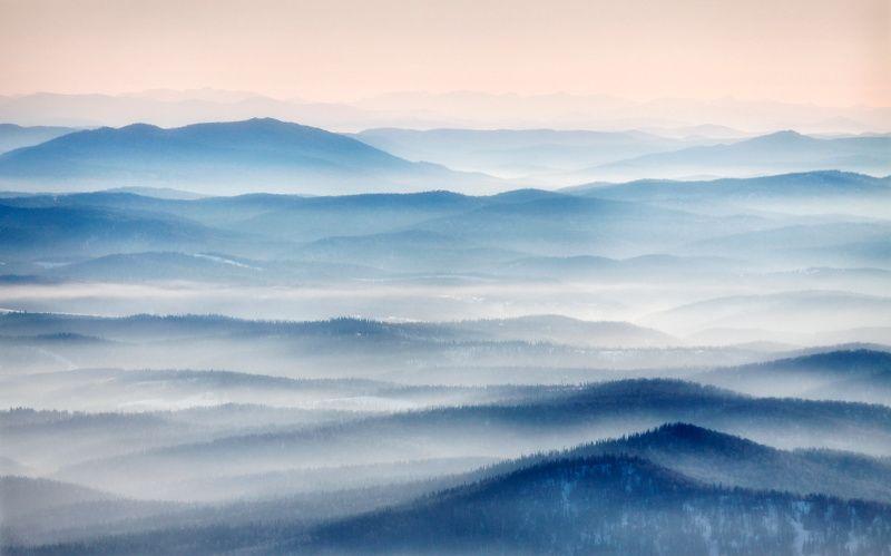 В туманной дымке уплывают горыphoto preview