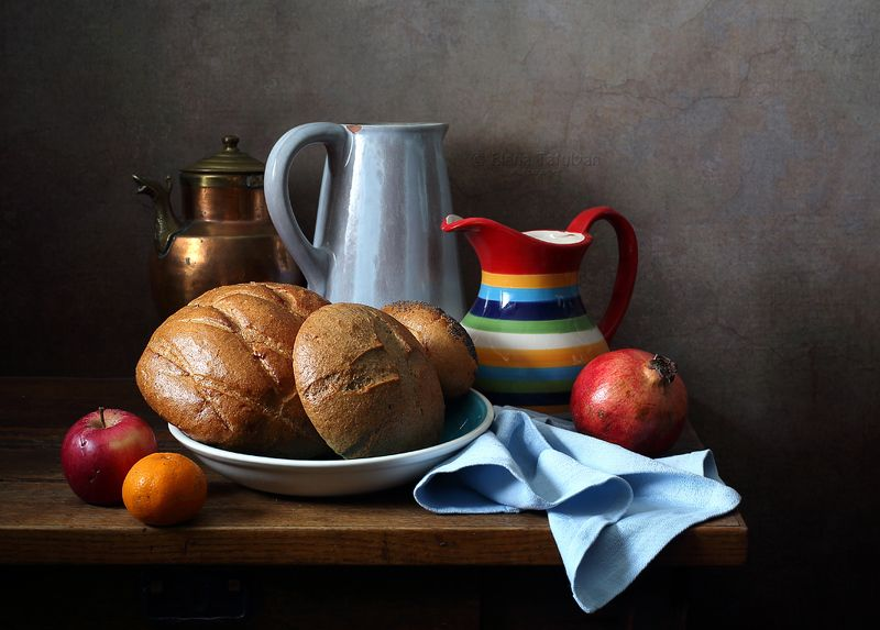 кувшины, хлеб, фрукты, гранат, яблоко, мандарин, киви, полосатый, С полосатыми кувшинами, хлебом и фруктами.photo preview