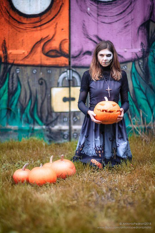 witch, pumpkin, door, painting, model, modella, urbex, portrait, halloween the witchphoto preview