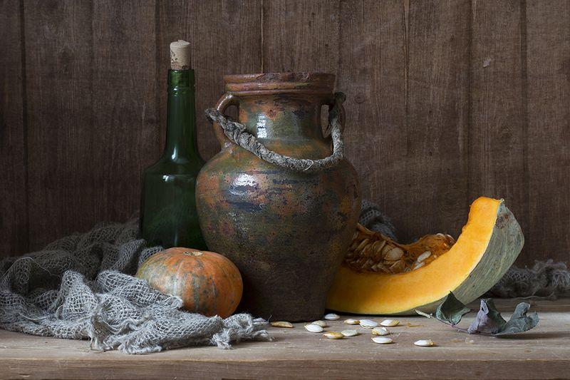 глиняный кувшин, тыква, яблоки Натюрморт с кувшиномphoto preview