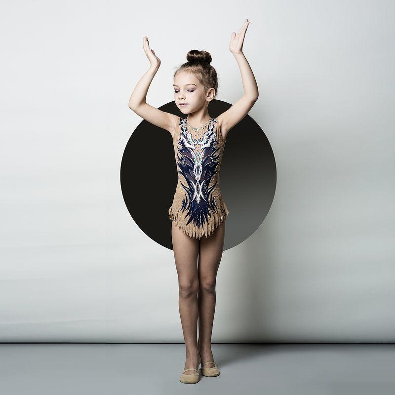 девочка на шаре, шар, девочка, картина, гимнастка, маленькая, милая Девочка на шаре photo preview