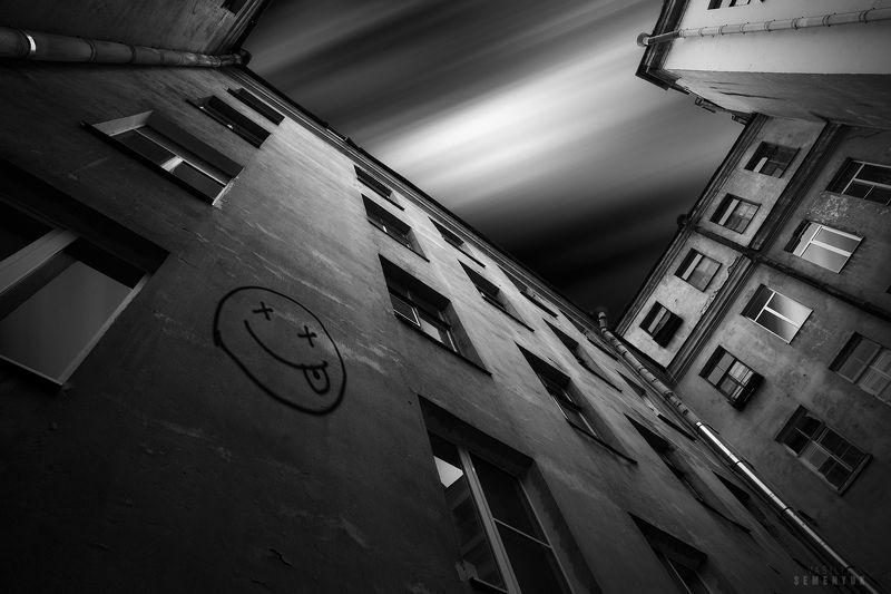 питер, черно-белое, настроение, ч/б, двор, дворы-колодцы, смайл, smile, saint-petersburg, mood, b/w, city, conceptual. Город улыбок.photo preview