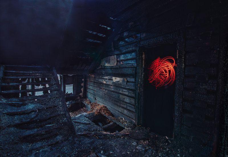 Призраки дыма и огня среди обугленных стенphoto preview