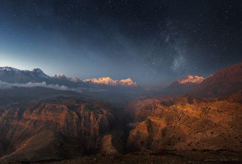 Очень раннее утро над горами Непала.