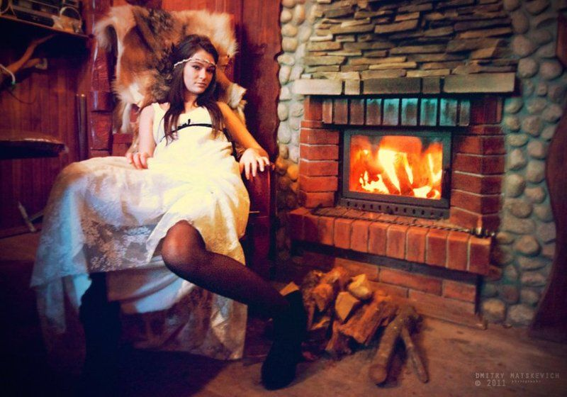 камин, девушка, красный Queen and fireplacephoto preview