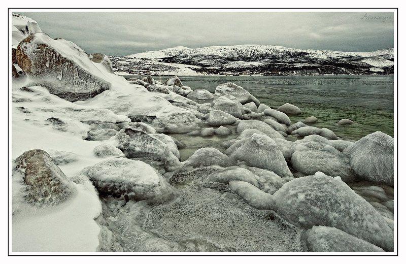 магадан, бухта нагаева, вечер, пейзаж, лед, море, сопки, охотское море, облачно, снег, камни, серость Серое  безмолвиеphoto preview