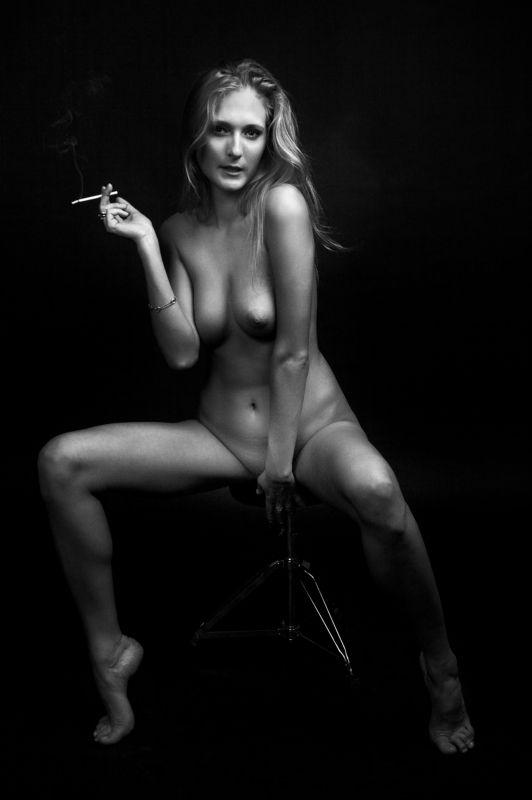 фото, ч/б, ню, студия, девушка , сигарета , блондинка Перекур в студии ...photo preview