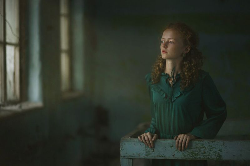 девушка, портрет, свет, цвет, лицо, руки, глаза, волосы, модель, красивая, окно, жанр В старом замкеphoto preview