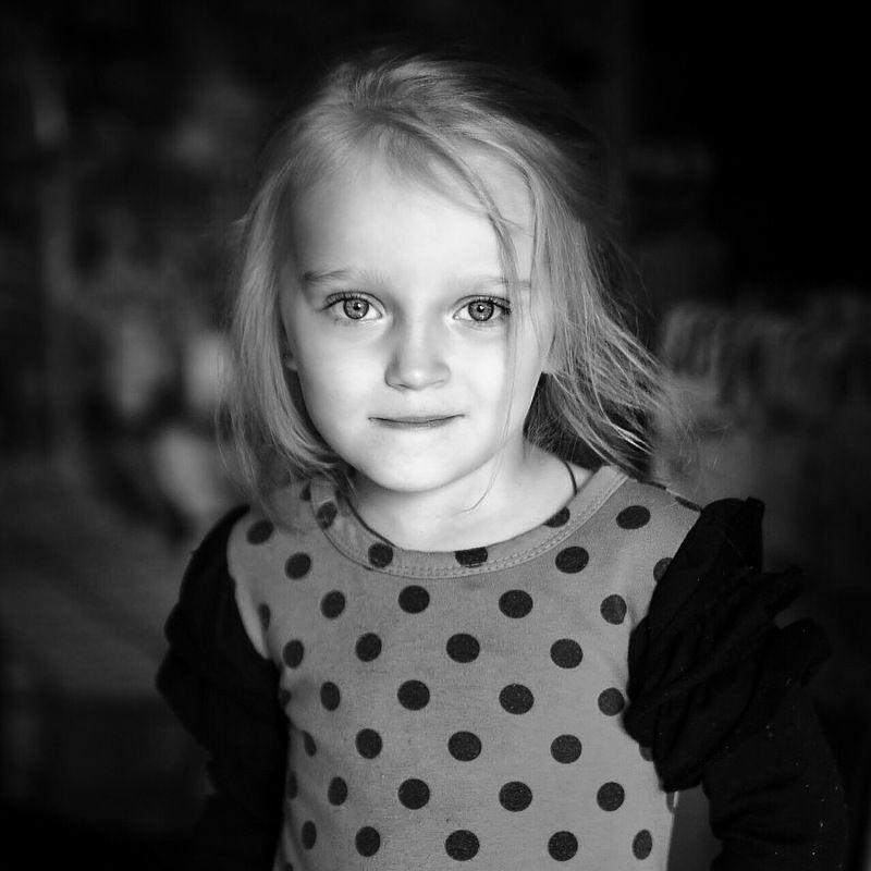 Детство, семья, ребёнок, портрет, девочка, чб, child, childhood, portrait, bnw, family, daylight Черно-белый портрет дочериphoto preview
