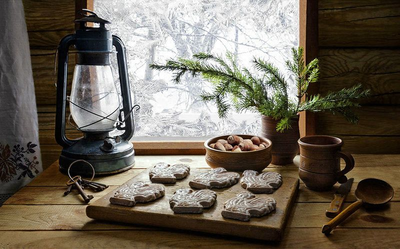 Пряники, орехи, лампа, кружка, ложка, нож, ключи, морозное окно Утро Нового годаphoto preview