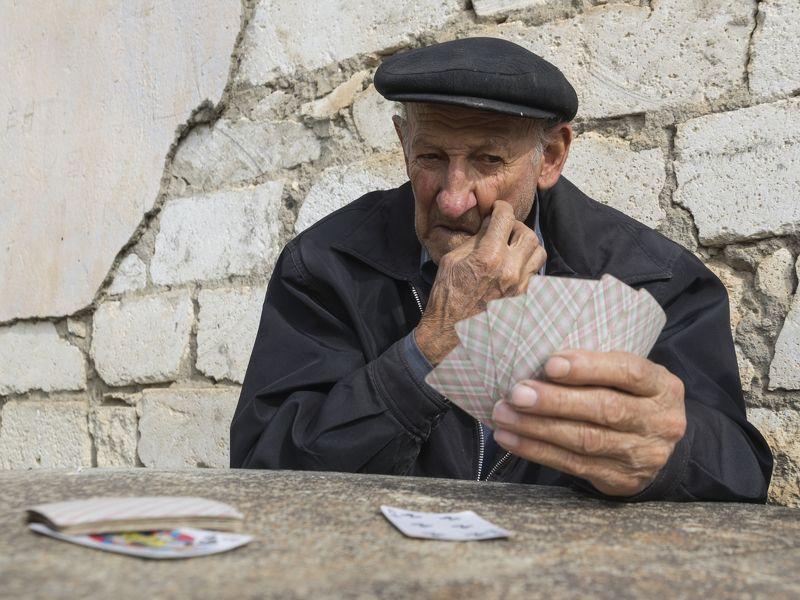 портрет, лицо, взгляд, эмоция, жест, старик, мужчина, люди, человек, игра, карты, досуг, село, деревня, путешествие, снг, армения, нагорный карабах, арцах, тох, тог, туг Решающий ходphoto preview