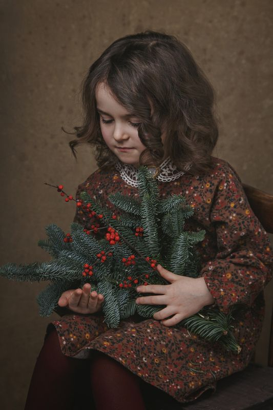 девочка, елка, ягоды, ветки, портрет, студия С Рождествомphoto preview