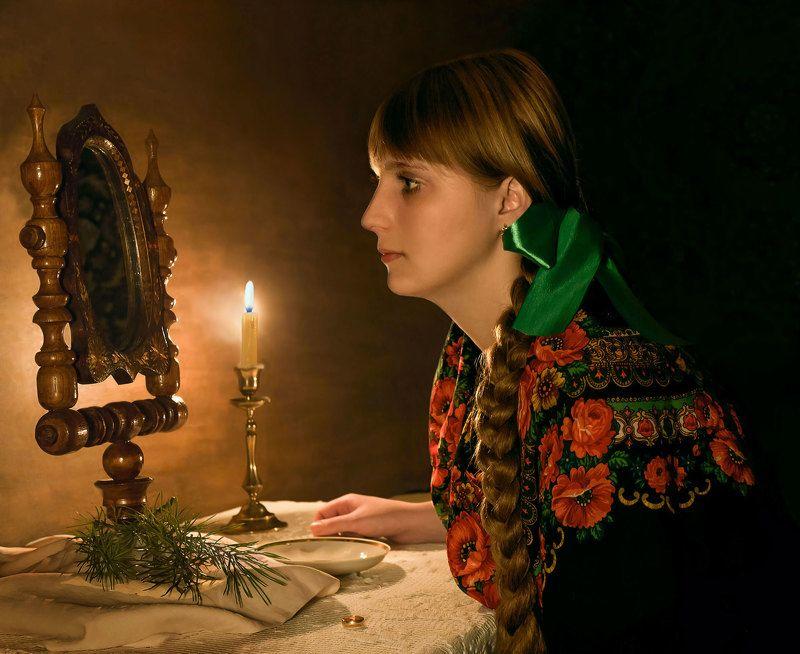 Девушка, зеркало, свеча, кольцо, блюдце Крещенское гаданиеphoto preview