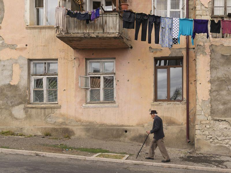 город, улица, дом, стена, окна, люди, человек, старик, быт, дорога, путешествие, снг, армения, арцах, нагорный карабах, степанакерт В старом городеphoto preview