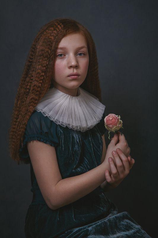 Девочка с розойphoto preview