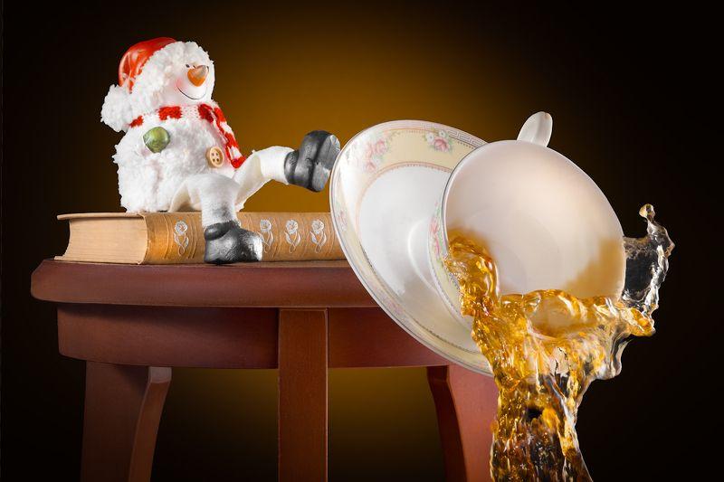 новый год, снеговик, горячее, холодное, чай, проказы, шаловство, динамика, опрокидывание, чашка, блюдце, посуда, сказка, жидкость \
