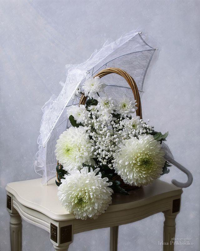 натюрморт, зима, белый фон, художественная фотография, цветочный натюрморт, хризантемы Зимний свадебный букетphoto preview
