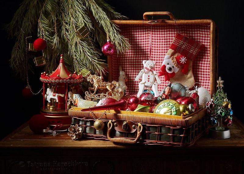новый год, открытка, поздравление, сундучок, елочные игрушки, шар, лошадка, заяц, часы, медведь, карусель, шишка, елочка, еловые ветки Волшебный кейс Деда Морозаphoto preview