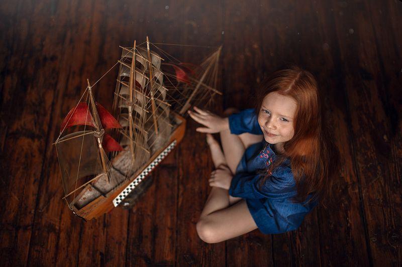 девочка, вид сверху, игра, кораблик Алые парусаphoto preview