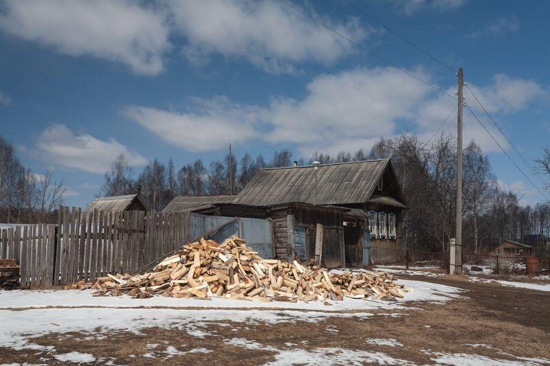 Весна избушка дрова полешки столб усадьба  Весенние полешкиphoto preview