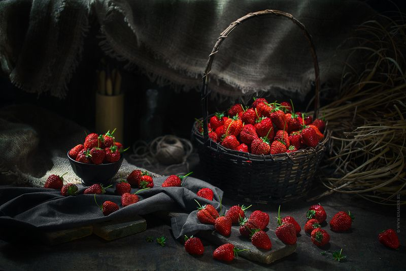 strawberry, stillife, noir, dark, rustic STRAWBERRYphoto preview