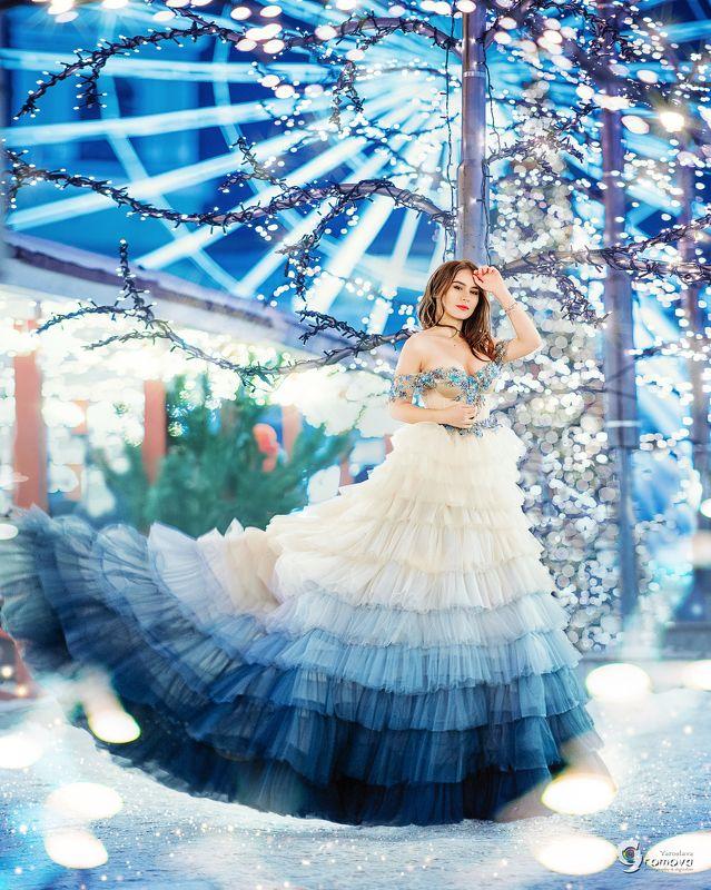 девушка, платье, зима, новый год, рождество, огоньки, елка, город, ночь В новогоднюю ночьphoto preview