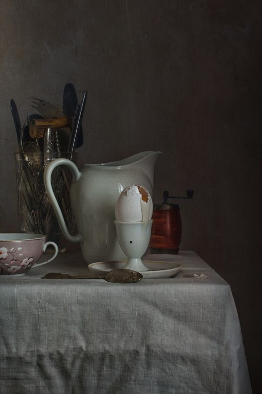 натюрморт, фарфор, кувшин, яйцо Натюрморт с сырым яйцомphoto preview