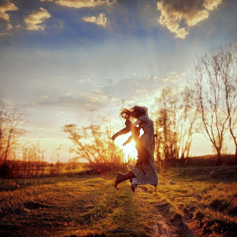 весна,солнце,прыжок,волосы,ветер,платье,радость,счастье Невесомостьphoto preview