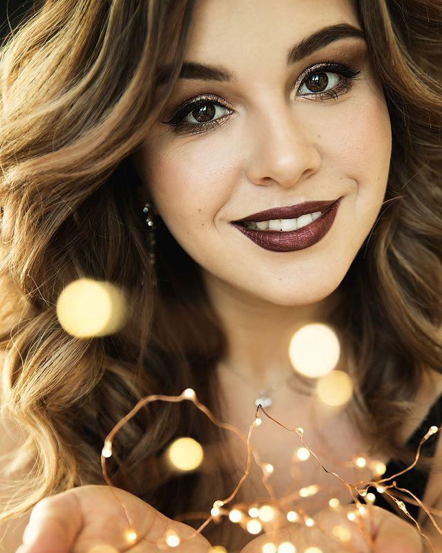 девушка, красивая, огоньки, новый год, рождество, улыбка, брюнетка, руки Эляphoto preview
