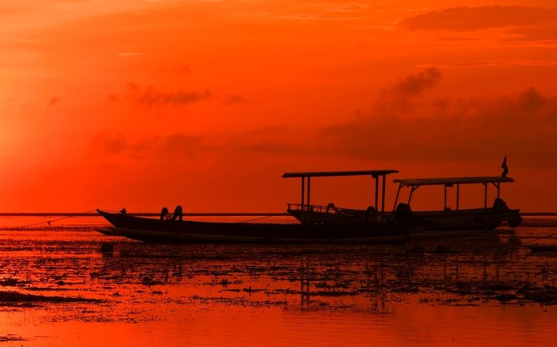 morning, sunrise, dawn, coast, horizon, boat, ocean, water, tide, alarm, tension, orange, cloud Anxious morningphoto preview