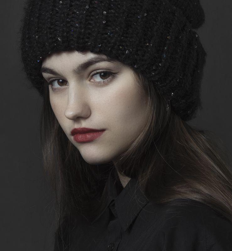 портрет , взгляд ,красивая девушка , цвет ,волосы , красивые губы ,нежность , таинственность . арт photo preview