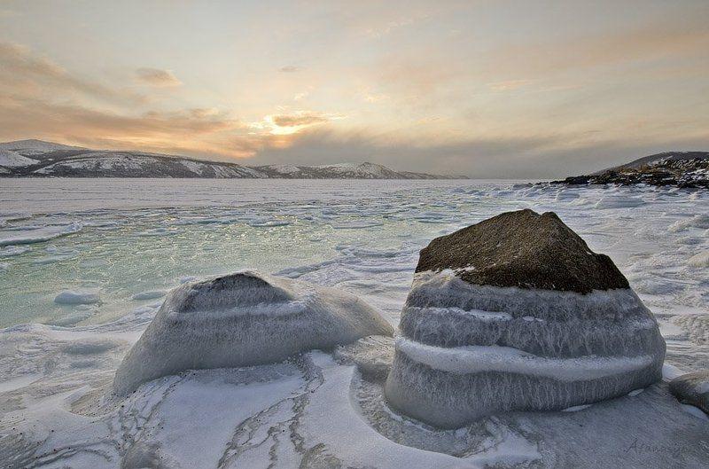магадан, бухта нагаева, вечер, пейзаж, закат, лед, море, сопки, охотское море, Охотское море заковано льдами, А все полыньи затянуло шугой. ...photo preview