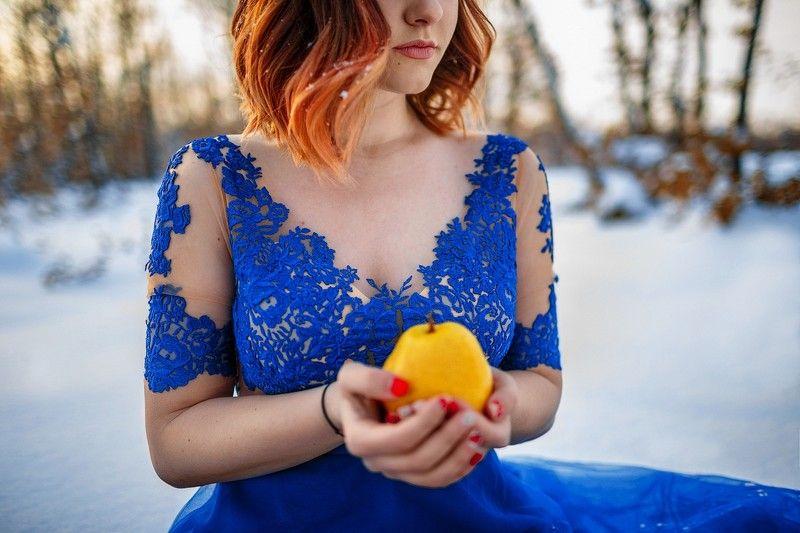 Девушка с грушамиphoto preview