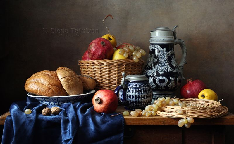 эль, кружка, кувшин, пиво, фрукты, хлеб, корзина, керамика С пивным кувшином и фруктамиphoto preview