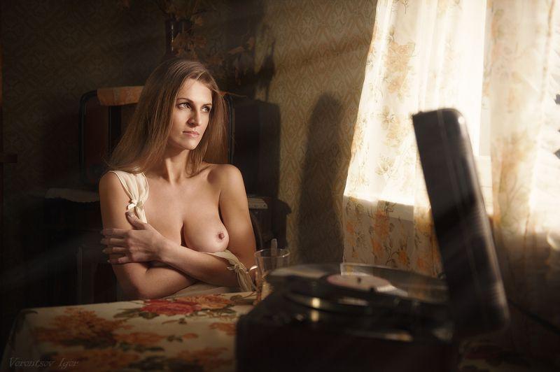 ню, девушка, грудь, обнажённая,окно, винтаж, стол,патефон photo preview