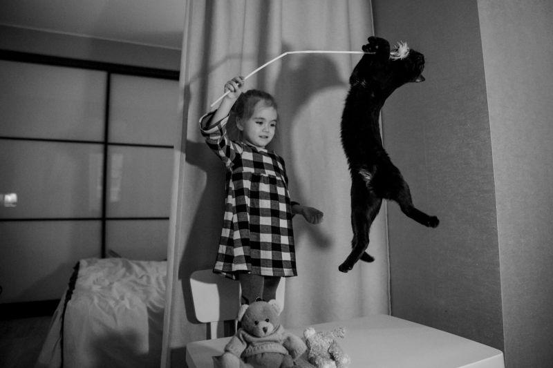 фотовтемноте непрокачество семейныйдосуг детиизвери кошка игры детки дочка тордуа Сальто мортале)))photo preview