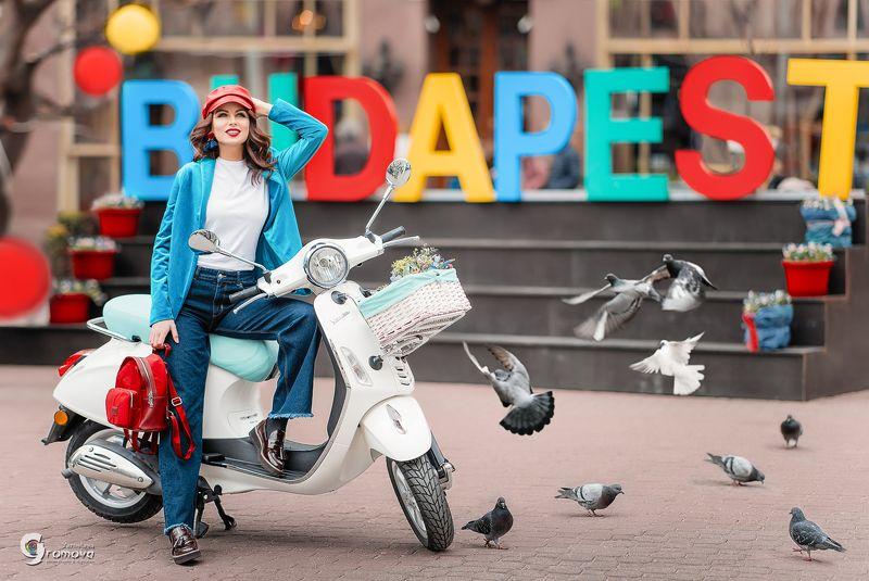 девушка, мопед, мотобайк, площадь, голуби, Будапешт, путешествие Отпуск за свой счетphoto preview