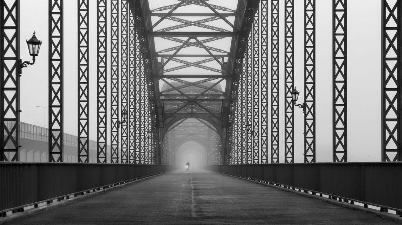 bridge, bw, urban, street, cyclist, fog mist, haze. way, road Alte Harburger Elbbrücke bei Nebel 3photo preview