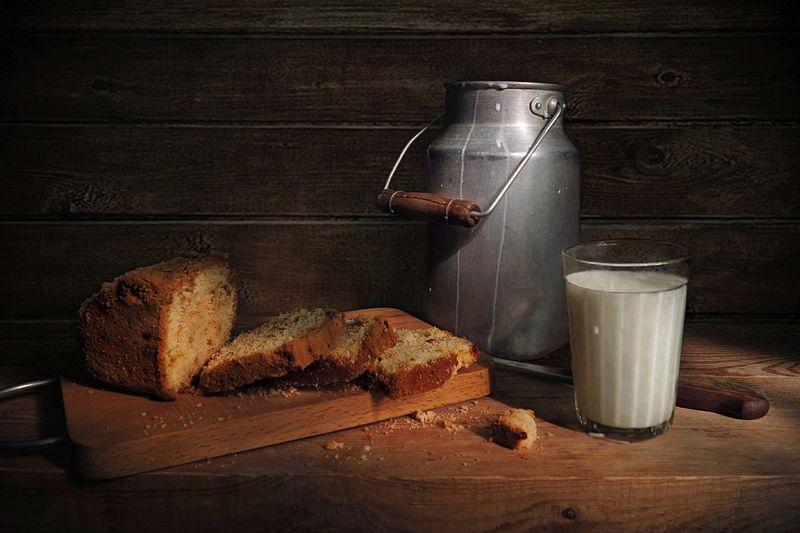 натюрморт,кекс,молоко,стакан,бидон,нож Кекс с молокомphoto preview