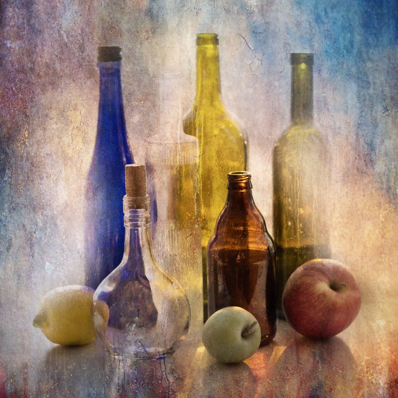 фото , цвет , натюрморт , бутылки, лимон , яблоки , фрукты , стекло Натюрморт с бутылками , лимоном и яблокамиphoto preview