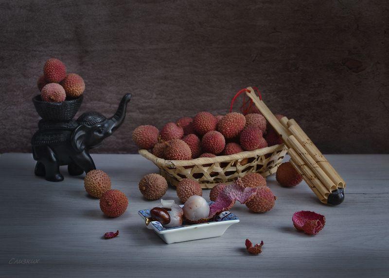 натюрморт, фрукты,флейта,свет,сувенир С   личи и флейтой  панаphoto preview