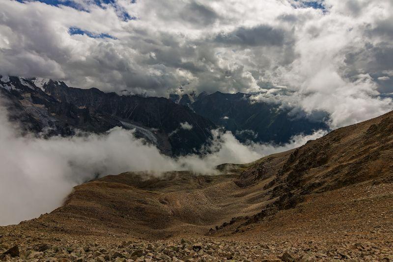 горы, перевал, облака скрываясь в облаках...photo preview