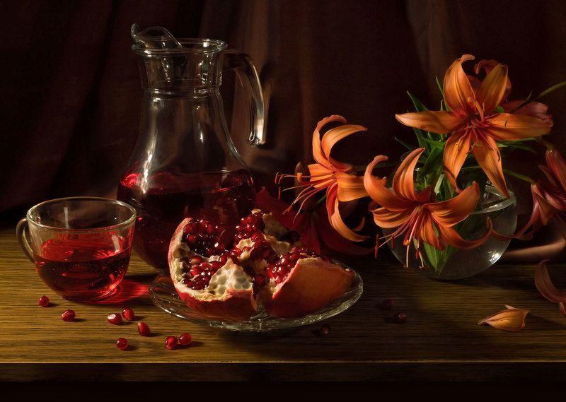 гранат, чашка, кувшин, сок, лилии, ваза. Гранатphoto preview