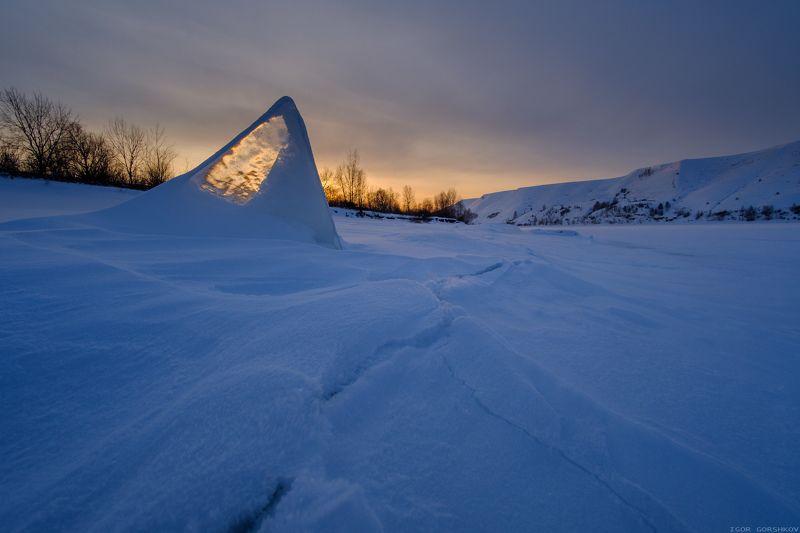 кама,река,зима,лёд,снег,закат,вечер,трещина,небо,горы,берег,пейзаж, Закат на зимней рекеphoto preview