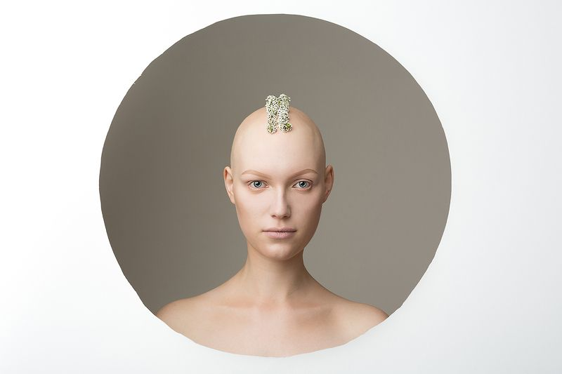 алопеция, круг, цветы, без волос, волосы, глаза, инопланетянин, инопланетянка, девушка, красивая, нестандартная красота, необычная Все будет хорошоphoto preview