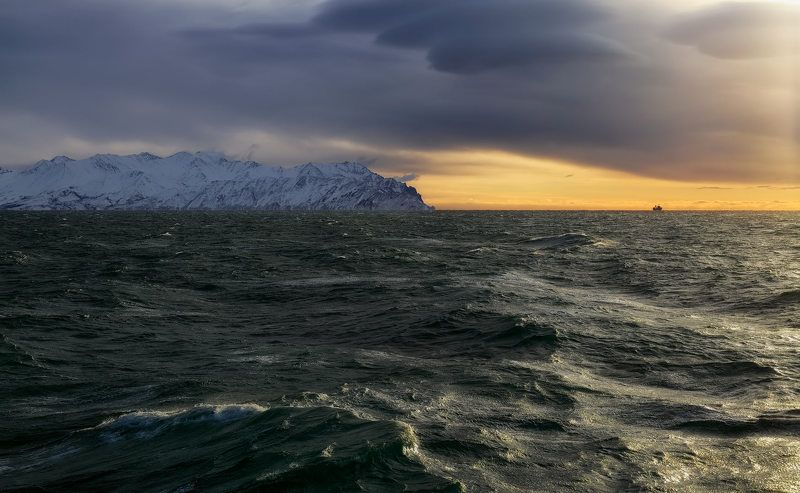 охотское море зима берег скалы циклон судно декабрьское утроphoto preview